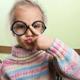 子どもの眼鏡。かけるかけないの判断基準は?|専門家の見解