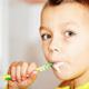 歯並びが悪く、歯間が狭い子供。掃除法は?|専門家の見解