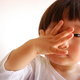 子どもの結膜炎 症状、原因、目薬の上手な差し方は?