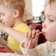 子どもが食事中にうろうろしたり遊んだりします…|専門家の見解
