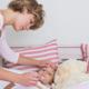 夕方になると熱が出る子ども。家で安静?それとも病院?|専門家の見解