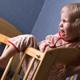夜中に突然夜泣きをする3歳児…どうすれば?|専門家の見解