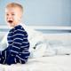 夜中に突然起きあがり泣く子ども。原因は何?|専門家の見解