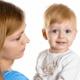 湿布のまま抱っこをすると赤ちゃんへの影響は?|専門家の見解