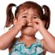 子どもが体を掻きむしる…病院を受診すべき?|専門家の見解