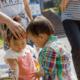 他の子どもに砂をかけてしまう2歳の息子|専門家の見解