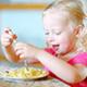 食事中、飽きてウロウロしたり遊び始めたりする5歳|専門家の見解