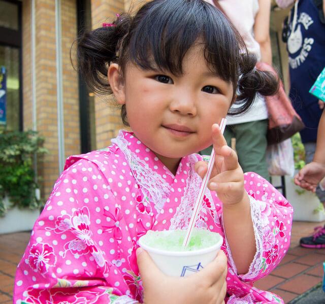 かき氷を食べる女の子,子ども,青森,ねぶた