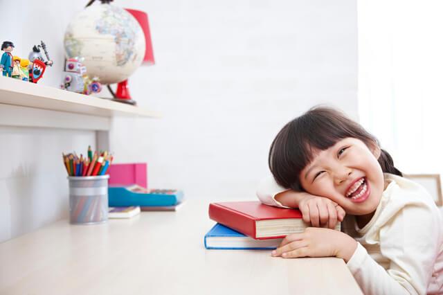 勉強する女の子,子ども,バイリンガル,英語