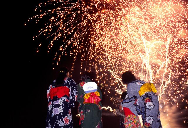 花火を見上げる人たち,伊豆大島,花火,ジェット