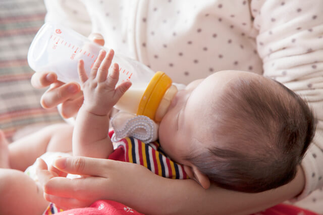 ミルクを飲む赤ちゃん,哺乳瓶,乳首,種類