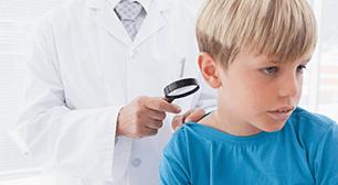 診察してもらう男の子,寒暖差,湿疹,アレルギー