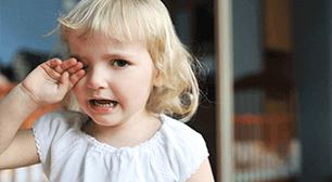 女の子が泣いている,耳,中耳炎,泣く
