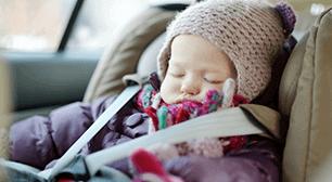 チャイルドシートに乗っている赤ちゃん,チャイルドシート,姿勢,