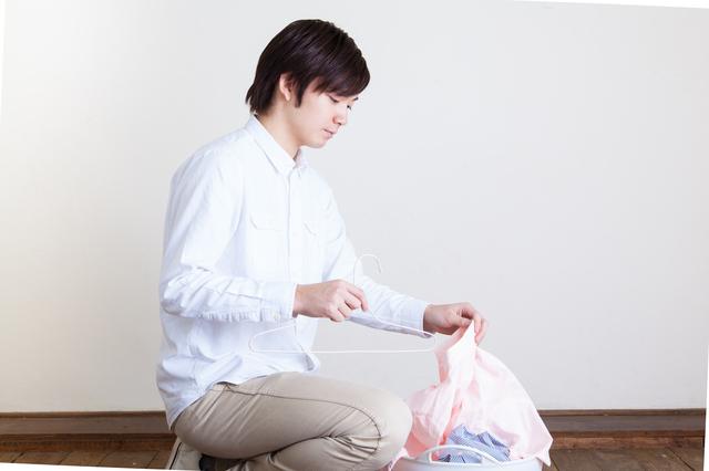 洗濯物を片付ける男性,妊娠,14週,お腹