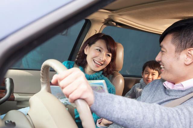 ドライブする家族,お盆,帰省,子ども