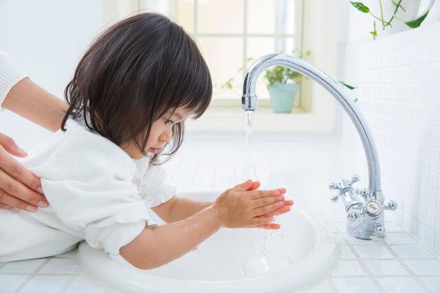手を洗う女の子,プール熱,症状,
