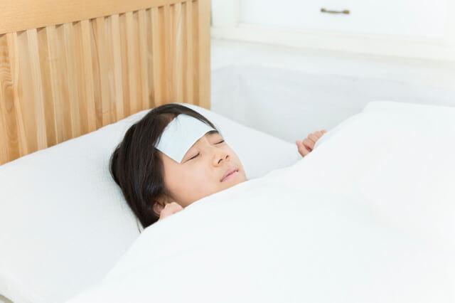 熱で寝込む女の子,プール熱,症状,