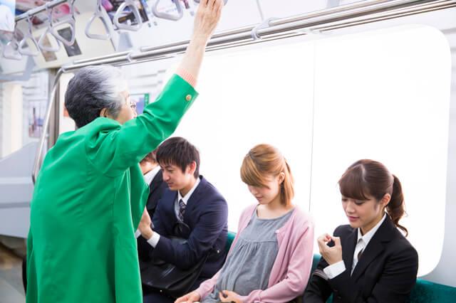 電車で座る妊婦,マタニティハラスメント,