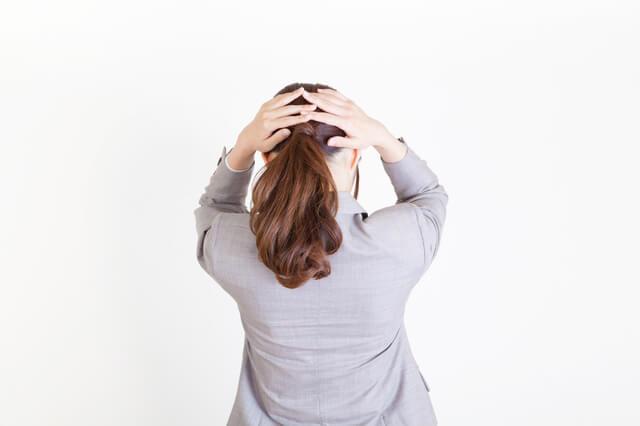 頭を抱える女性,マタニティハラスメント,