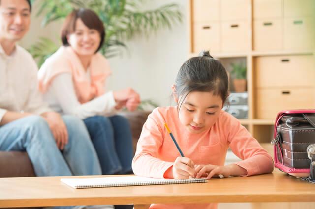 勉強中の子どもを見守る両親,自由研究,星座,