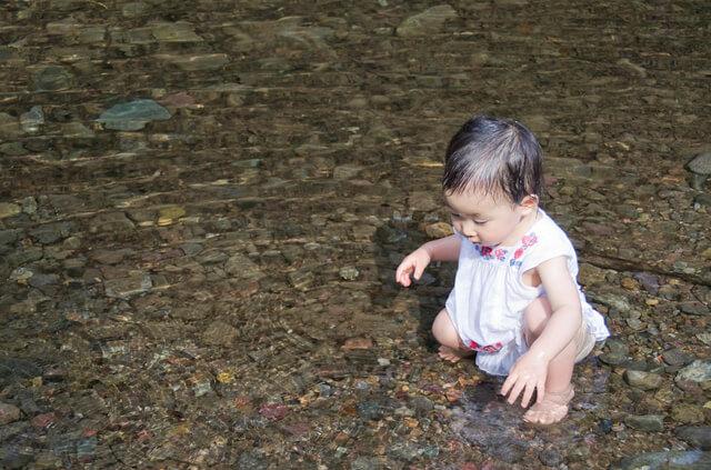 水遊びする赤ちゃん,赤ちゃん,アウトドア,