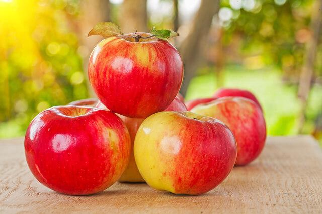 積み上げたりんご,秋,味覚狩り,