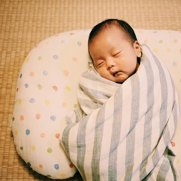 おひなまきで眠る赤ちゃん,新生児,寝かしつけ,