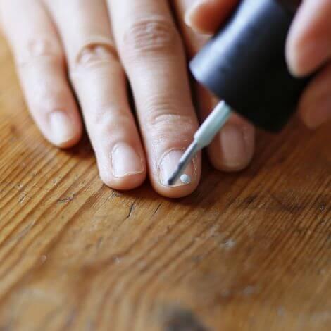 白いネイルを塗る手,簡単,ネイル,