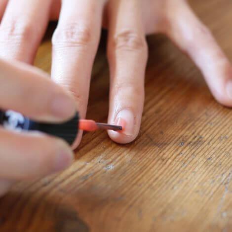 コーラルピンクのネイルをする手,簡単,ネイル,
