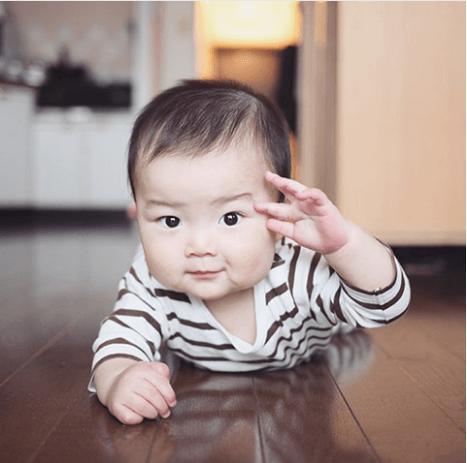敬礼する赤ちゃん,子ども,記念撮影,