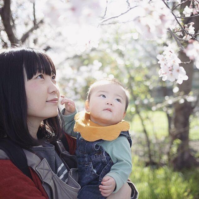 桜を見上げる母子,子ども,記念撮影,