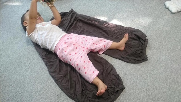 ズボンの上に寝転ぶ子,パパ,お揃い,