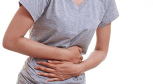 お腹を抱えて笑う女性,産後,胃腸,不調