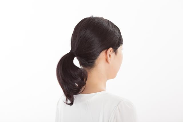 髪の毛を束ねた女性,出産,破水,