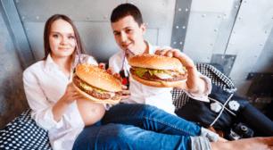 ファーストフードを食べる妊娠している女性,妊娠中の食事,