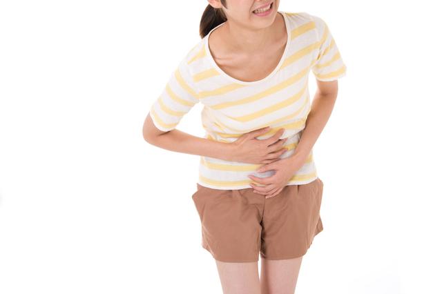 お腹を押さえる女性,妊娠初期,腹痛,チクチク