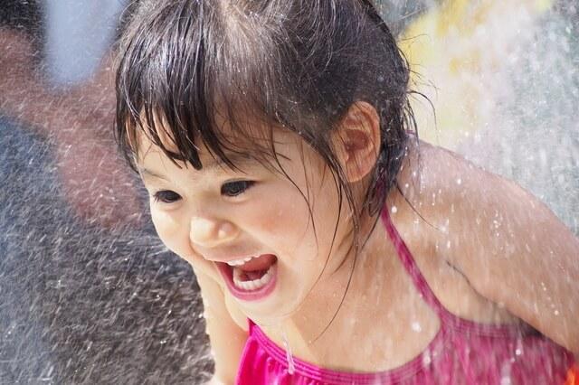 水遊びする女の子,