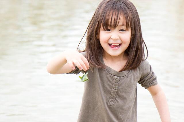 じゃぶじゃぶ池で遊ぶ女の子,