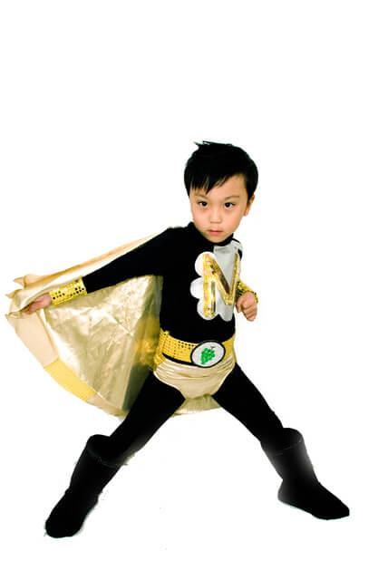 ヒーローごっこをする男の子,ごっこ遊び,おもちゃ,