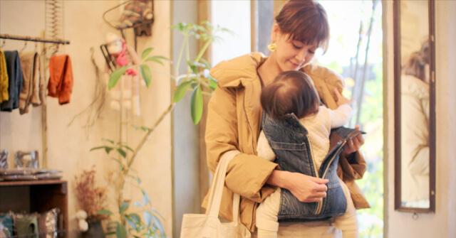 赤ちゃんを降ろそうとするママ,抱っこひも,おすすめ,キューズベリー