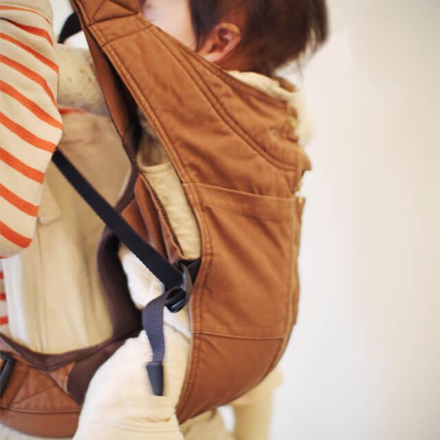 抱っこひもで支えられる赤ちゃん,抱っこひも,おすすめ,キューズベリー