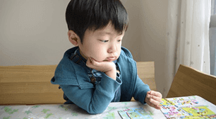 何かを見る子ども,2歳,言葉,
