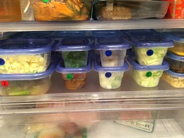 色分けシールを貼った下準備済みの食材,献立,