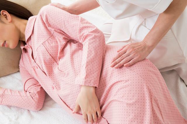 パジャマの妊婦と助産師,前開きパジャマ,