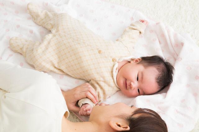 赤ちゃんと添い寝するママ,産後1ヶ月,過ごし方,