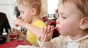 飲み物を飲む子ども,子ども,食事,