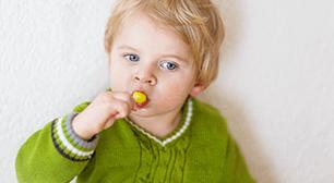 お菓子を食べる子ども,2歳,好きなもの,