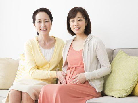 腹をさする妊婦とその母,発達,DHA,妊婦