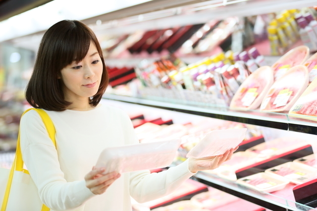 スーパーで買い物する女性,お弁当,冷凍食品,